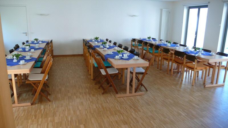 Im großen Raum ist für das Geburtstagscafé gedeckt.