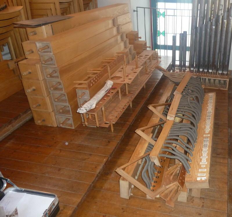 Zerlegte Orgel mit Holzpfeifen