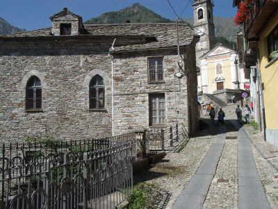 """Die """"Hauptstrasse"""" von Piedicavallo, links die Waldenserkirche"""
