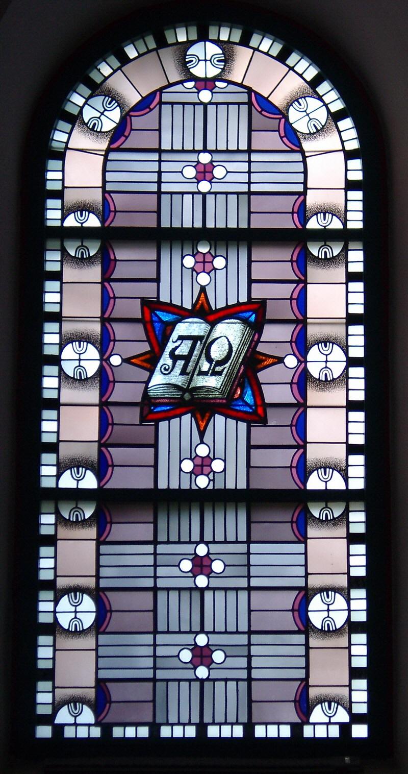 """Kirchenfenster mit """"A"""" und """"O"""""""