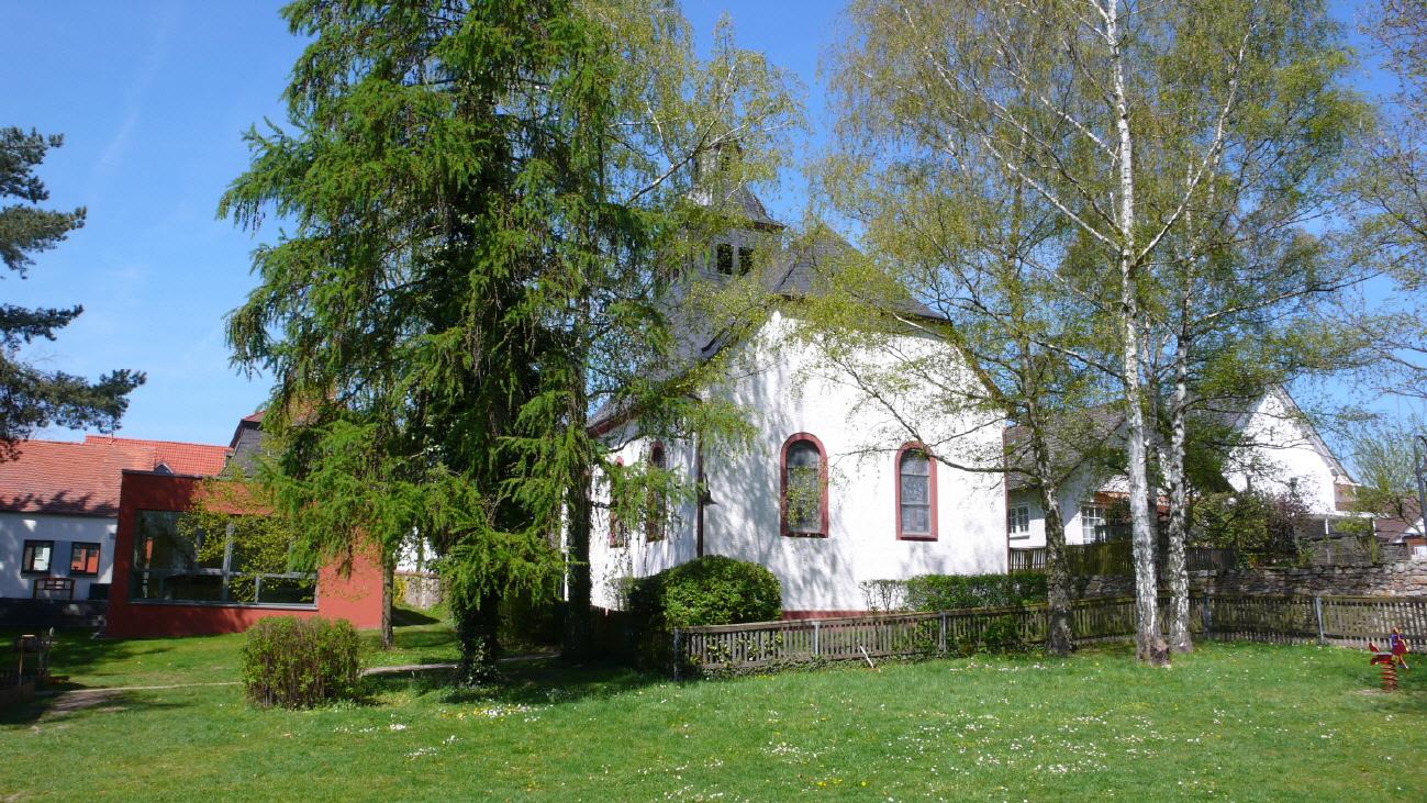 Die Waldenserkirche in Dornholzhausen, vom Garten aus.