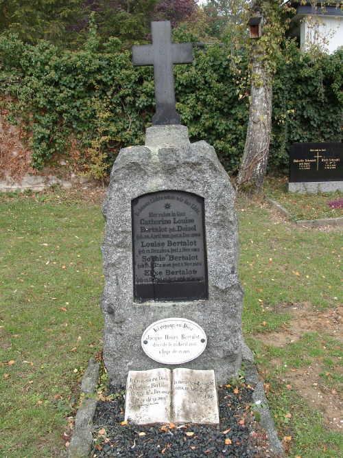 """Grabstein der letzten Waldenserfamilie """"Bertalot""""."""