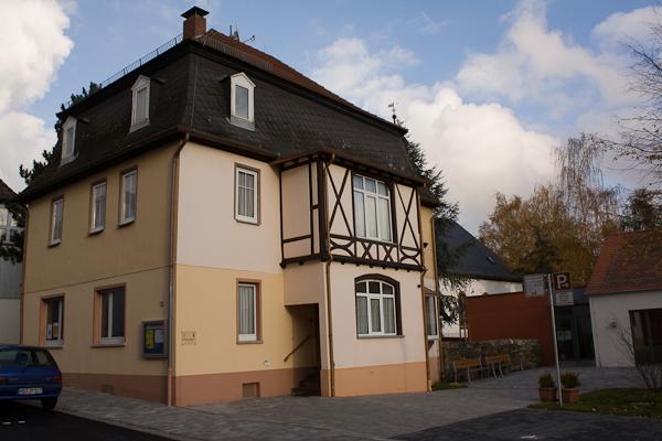Das Pfarrhaus in der Dornholzhäuser Str. 12